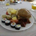 Colazione: maki, frutta fresca, pomodori secchi, ananas, dolci.