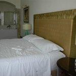 Camera da letto con vasca idromassaggio.