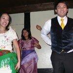 due amici filippini si cimentano in un ballo folcloristico (tra un piatto e l'altro)