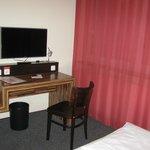Mesa y tele habitacion doble