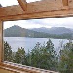 La habitación tiene como un balconcito con vista al lago.. sin palabras