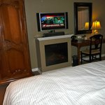 Room with flatscreen and tv