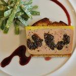 フランス産鴨フォワグラと林檎のテリーヌ、サンマルク仕立て、ポルト酒ソース