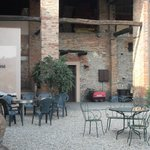 Ingresso cantina e zona relax in cortile