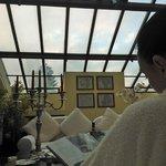 гостиная зона нашего номера со стеклянной крышей