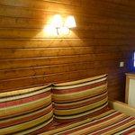 le canapé du salon très large peut aussi servir de couchage