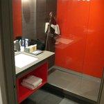 Salle de bains très propre, grande et très classe