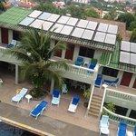 вид на бассейн с самой верхней террасы отеля