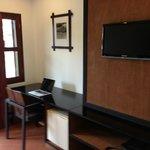 Bureau, mini bar, télévision satellite, penderie