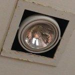 lösa rostiga spotlights i badrum