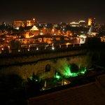 Terrasse de nuit, vue sur les remparts