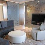 Club Suite 80 living room