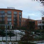 Blick auf das Hotel (Fußweg von der Stadt zum Hotel)