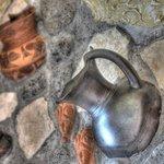 Sala Breakfast: inserto sul muro con riproduzioni di cocci etruschi