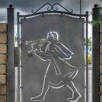 Cancello in ferro con suonatore i flauto etrusco