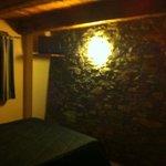 Stanza con parete in pietra a vista e soffitto in legno