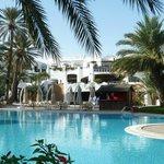 Hotelansicht vom Pool mit mehr Details