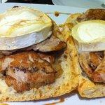 pan de cristal con solomillo, cebolla caramelizada y queso de cabra