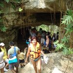 Bajando las escaleras hacia el interior de la caverna