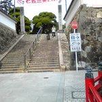 正面階段の横にエレベータとエスカレータがある