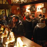 Bar con varietà di whiskey e rum.