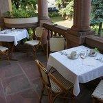 Frühstücken im Freien auf dem Balkon