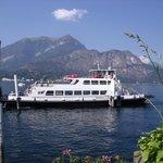 un autre ferry prêt qui vient d'accoster à Bellagio...