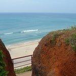 la plage vue depuis le haut de la falaise