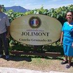 Meu esposo e minha mãe próximos às plantações de uvas.