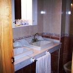 Detalle de baño en habitación
