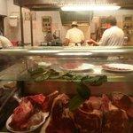 la cucina del ristorante con l'ottima carne esposta al pubblico
