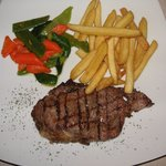 Steak auf den Punkt gegrillt,Gemüse zart gedünstet