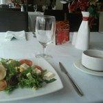 Crema de mariscos y otros platos de entrada frios del buffete dominical