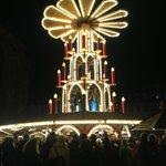 夜のマルクト広場とクリスマスピラミッド