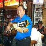 En skönsjungande gitarrspelande spanjor!!