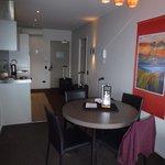 Zimmer mit Tisch und Küche