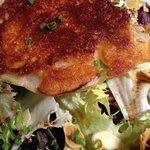 petit fromage de chevre Catalan dur salade finement assaisonee et pignons