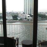 バルコニーからの眺望 正面はペニンシュラホテル