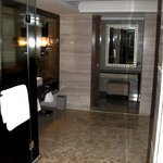 Executive Suite - Bathroom accessible from both sides