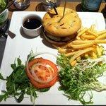 Burger Red Beef avec frites, salade et sauce Red Beef