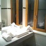 Lavabo con las toallas bien colocaditas