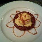 Tarte tatin avec boule de glace à la vanille et caramel au beurre salé