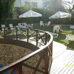 Zona de sombrillas al lado de la piscina exterior