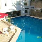 Otra vista de la piscina abierta, que da al bar