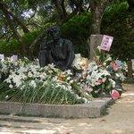 命日の5/8の次の日の献花だらけの銅像