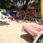 типичные русские турики, бухающие на пляже