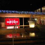 de ingang is versierd voor Kerst
