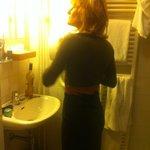 de zeer gedateerde badkamer