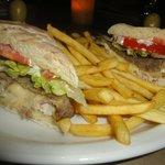 Especial sandwich de lomito con pan casero y papas fritas