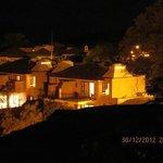 Vista nocturna del complejo de villas